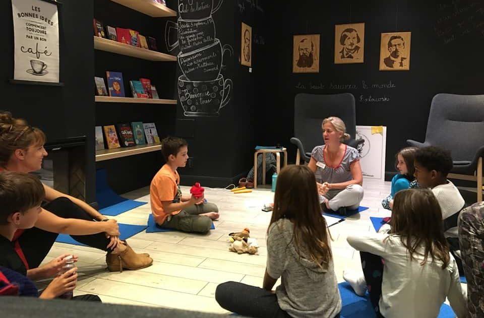 Enfants assis en cercle discutant sur le thème des émotions lors des atelier de méditation et de philosophie