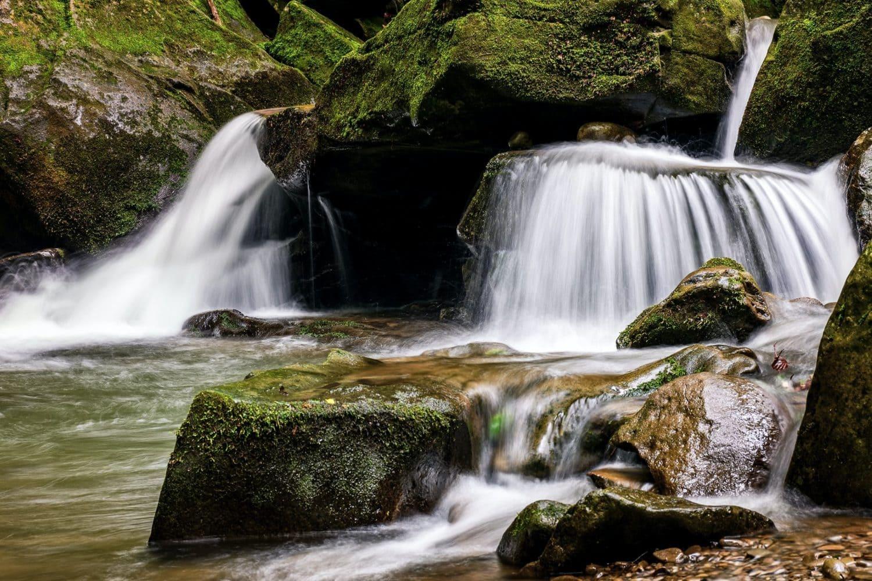 De l'eau coule sur des roches, ce qui évoque le fait de vivre zen dans le flow