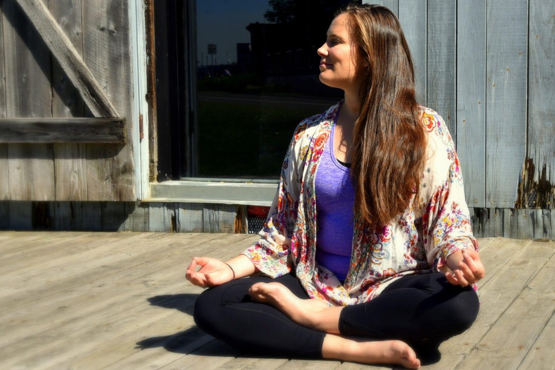 Photo d'Eva, cofondatrice du magazine Zenflo en posture de méditation pour une pratique sur la résilience.