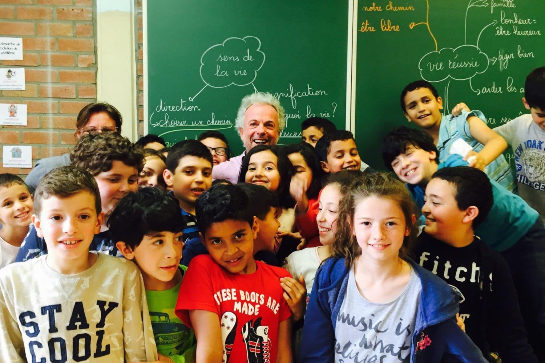 Groupe d'enfants dans une classe suite à un atelier de philosophie