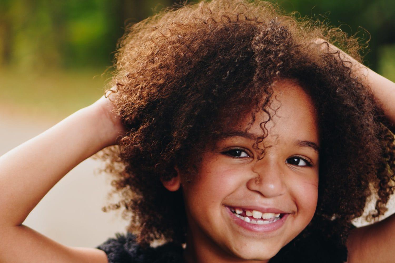 Jeune enfant souriante : elle a une boîte à outils qui l'aide dans la gestion de ses émotions
