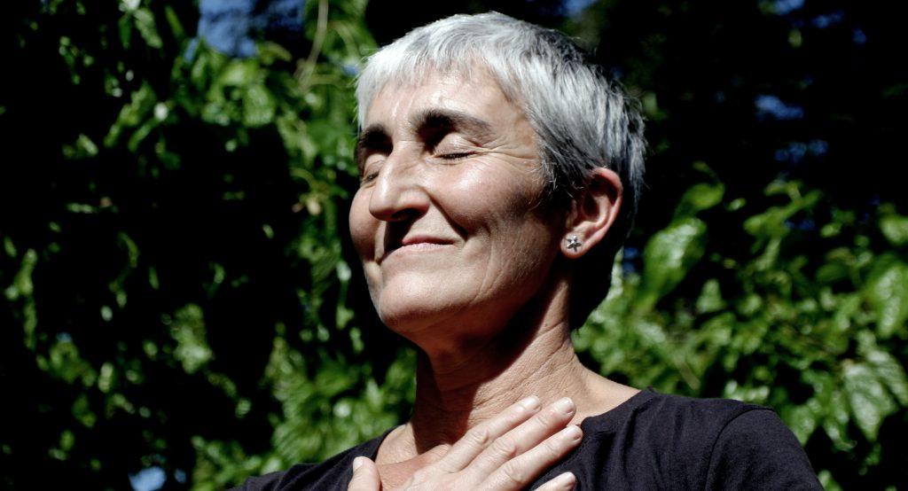 Femme qui pratique la méditation pour cultiver la résilience