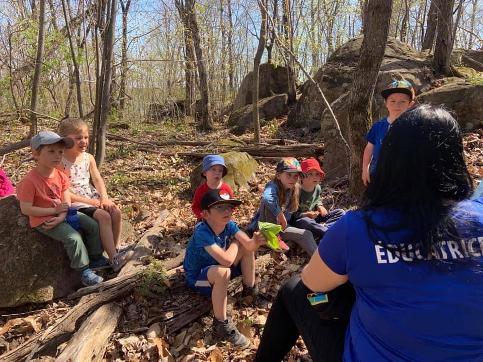 Enfants en nature avec leur éducatrice Nadia, de Répit-Forêt.