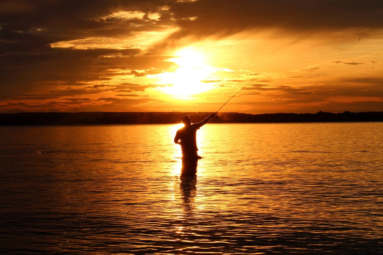 Profitant d'un magnifique coucher de soleil, Joé Bussière, frère de Katia Bussière, s'amuse à pêcher dans le lac des Deux-Montagnes, à l'Île-Cadieux, le 1er septembre 2019.
