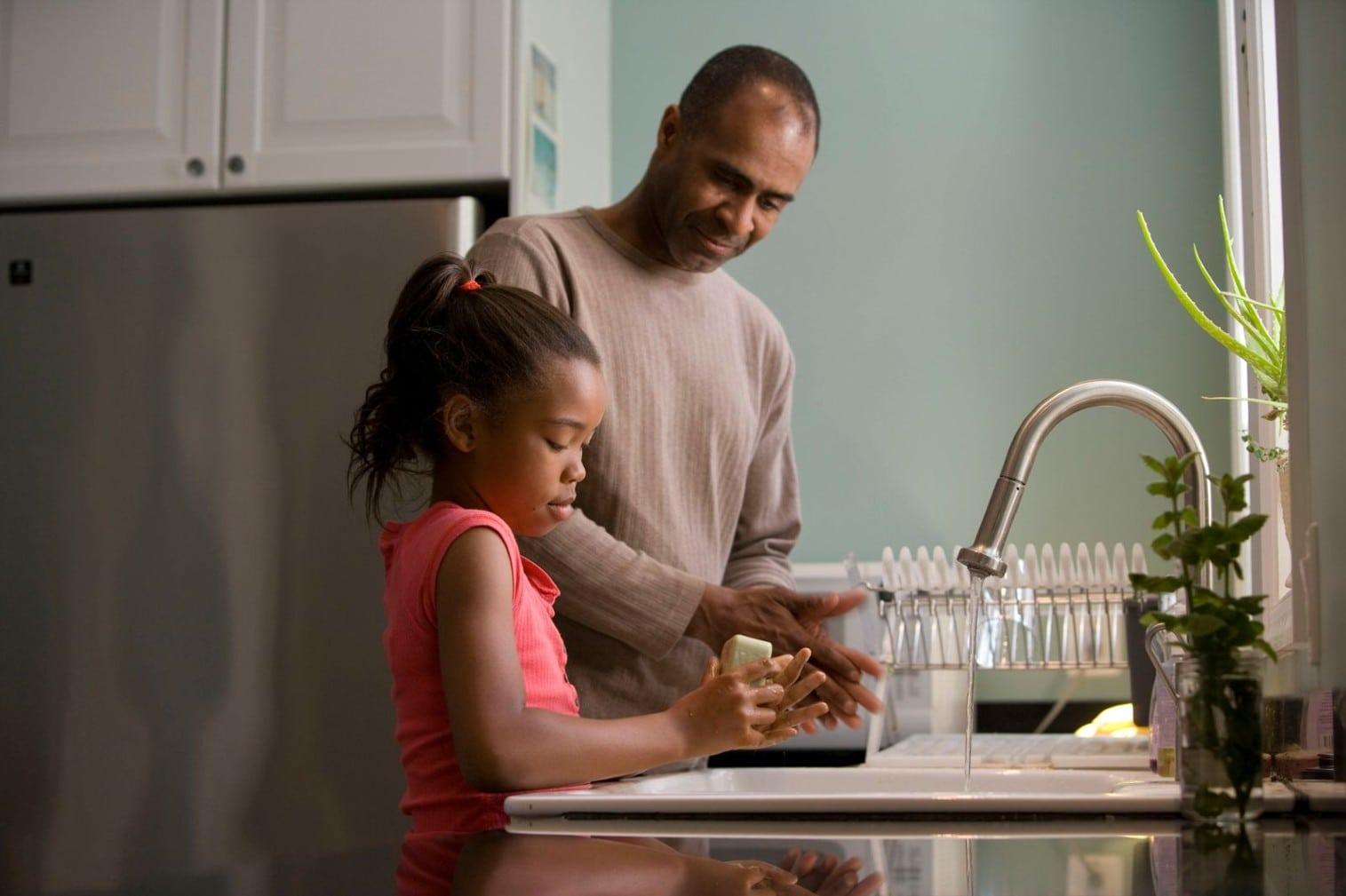Un papa et sa fille complice pour illustrer cet article Qu'est-ce qu'un bon parent?