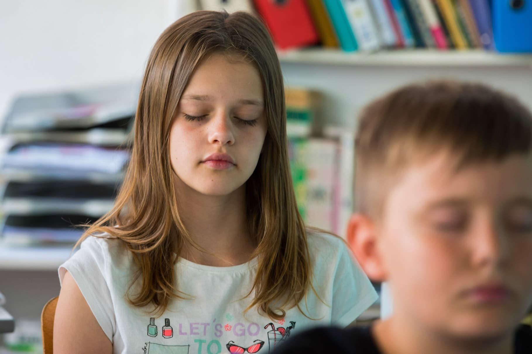 Enfant qui médite en classe