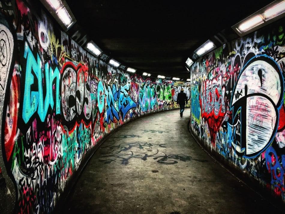Mur de graffitis pour illustrer les propos de Florence dans cet édito bien-être et éducation.