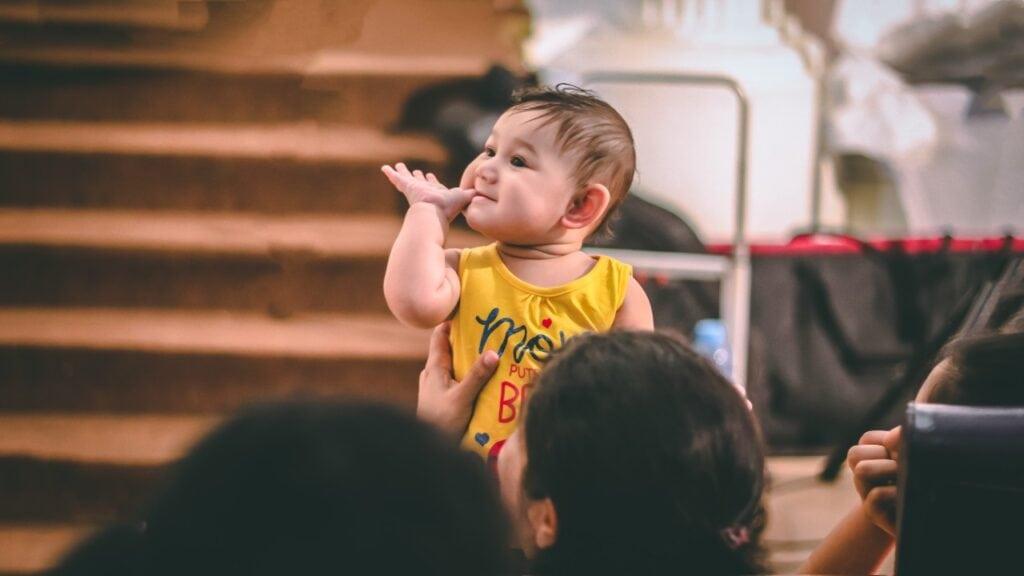 Bébé devant une classe pour illustrer l'initiative Racines de l'empathie qui met en contact des enfants avec des bébés.