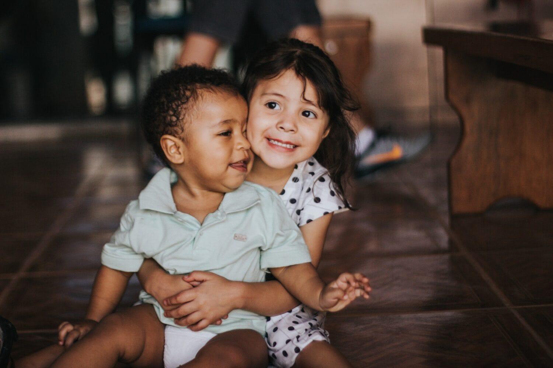 Deux jeunes enfants au service de l'empathie