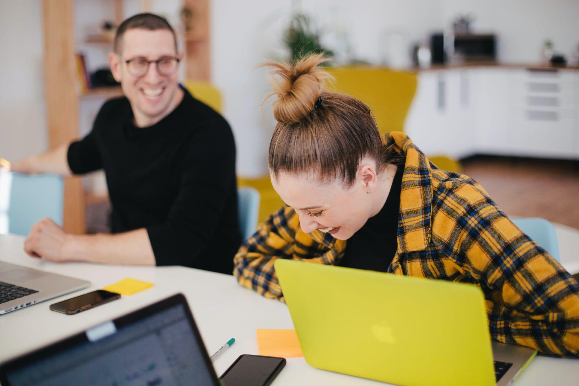 Photo de deux employés souriant prise lors des Cafés SEVE en entreprise