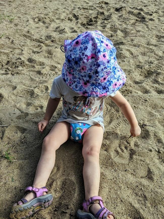 Léonie dans le sable