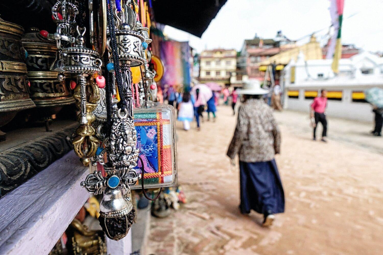 Photo du Népal ou les boutiques vendent des outils de pratique des mantras comme des roues de prières et des pendentifs de Ganesh