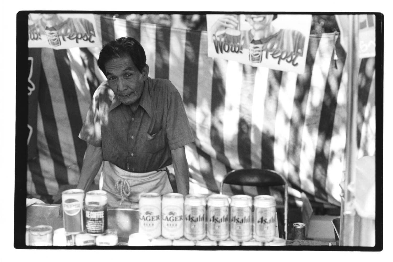 Photo de voyage d'une homme japonais servant des boissons fraiches dans un parc