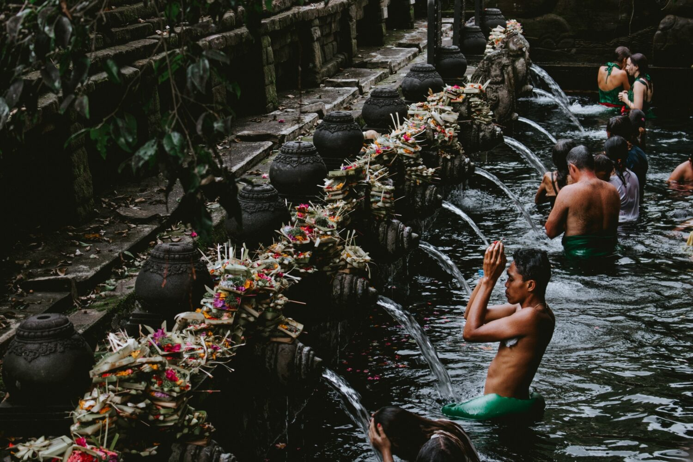rituel de purification par l'eau a Bali