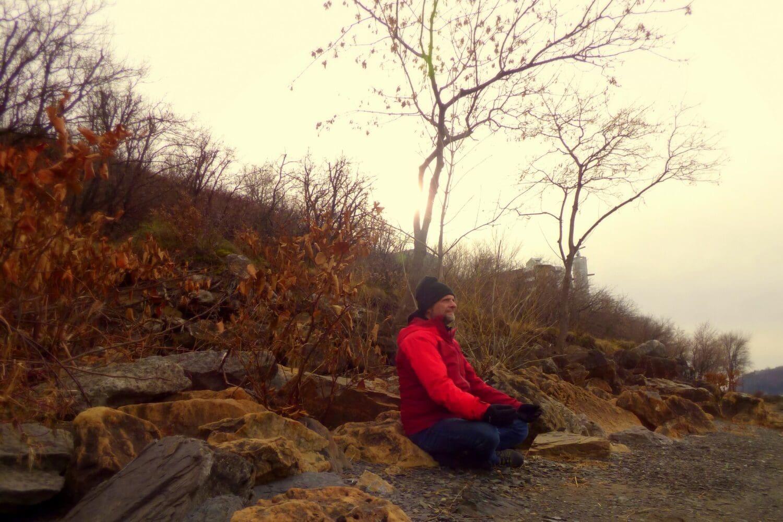 homme qui médite en nature pour illustrer la une de cet article sur le voyage intérieur