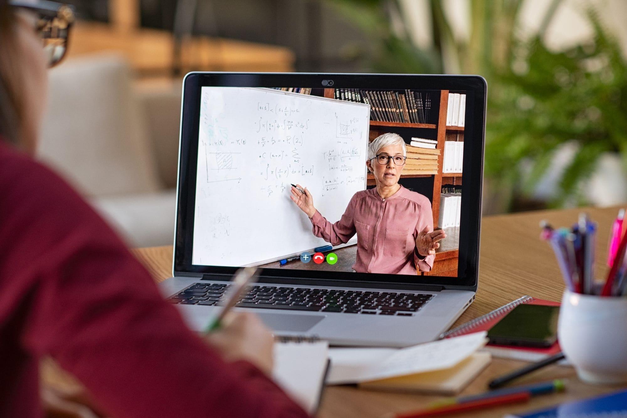 un enseignant vulnérable donne une classe virtuelle