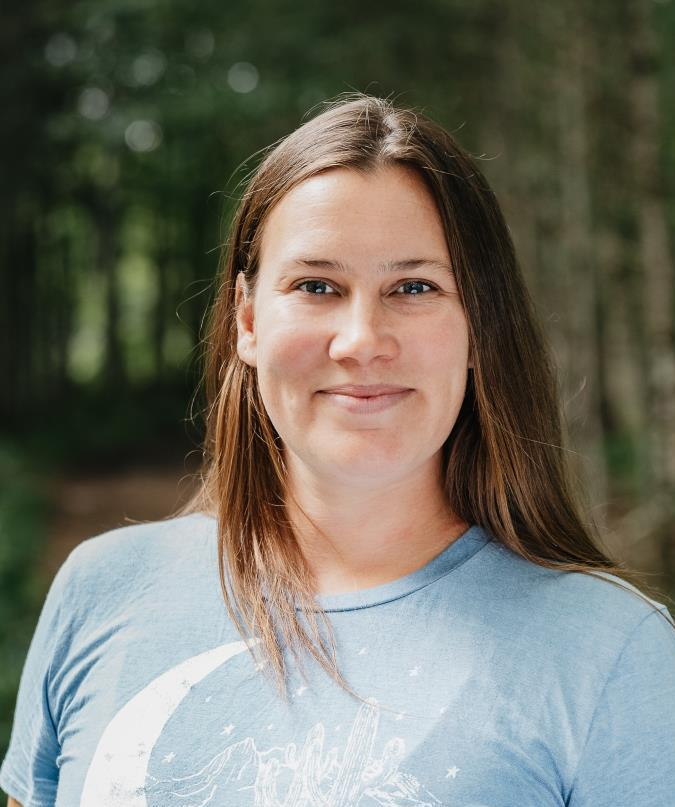 Portrait d'Eva, auteure des articles sur la méditation et le yoga, notamment les 8 branches du yoga.