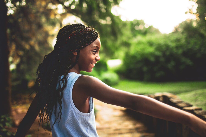 Enfant qui joue dehors près d'un arbre
