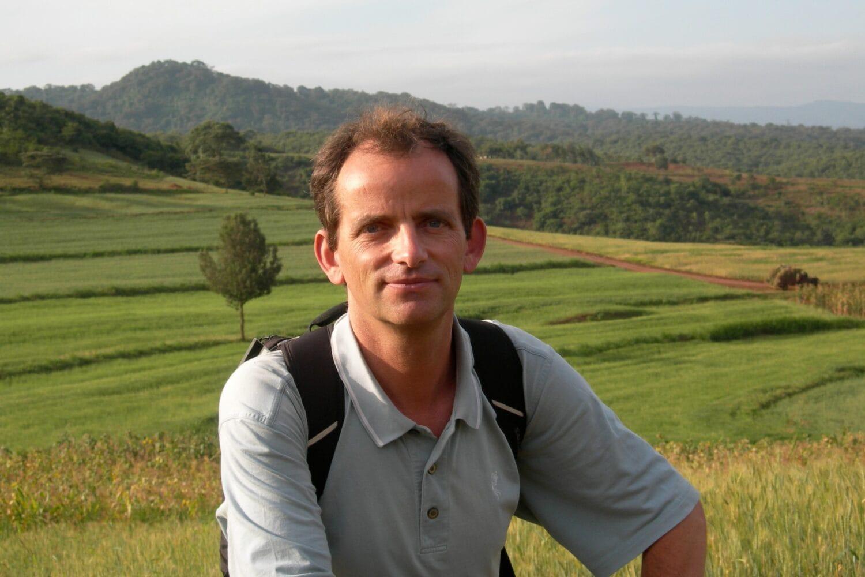Portrait d'Éric Lambin, auteur du livre Écologie du bonheur.