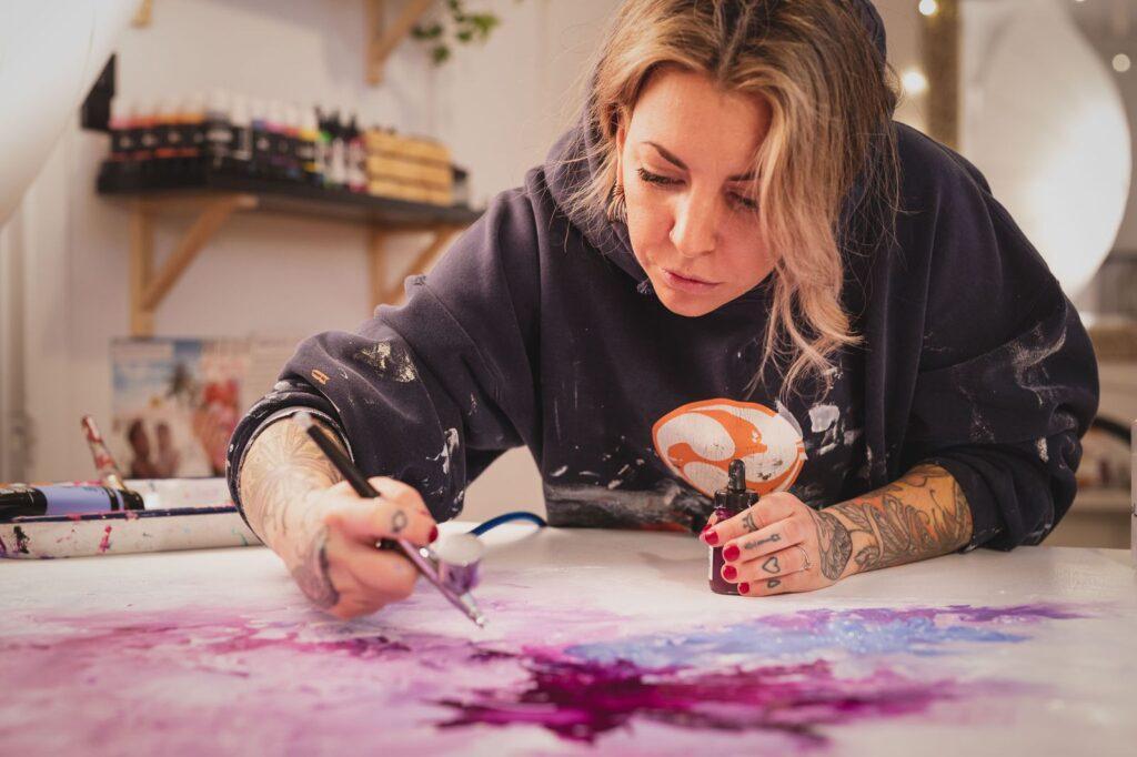 Catherine Bérubé, artiste en arts visuels, en pleine action